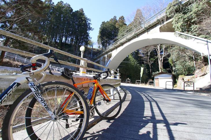 JR青梅線の鉄道橋。かなり高い所を通っています。