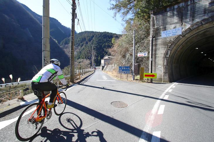 花折トンネルの側道へとニューバイクを進めます。