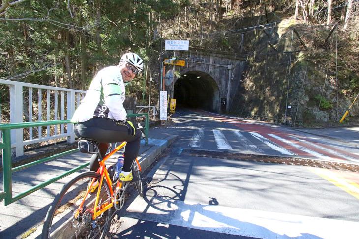 トンネル通過に備えクルマが切れるのを待ちます