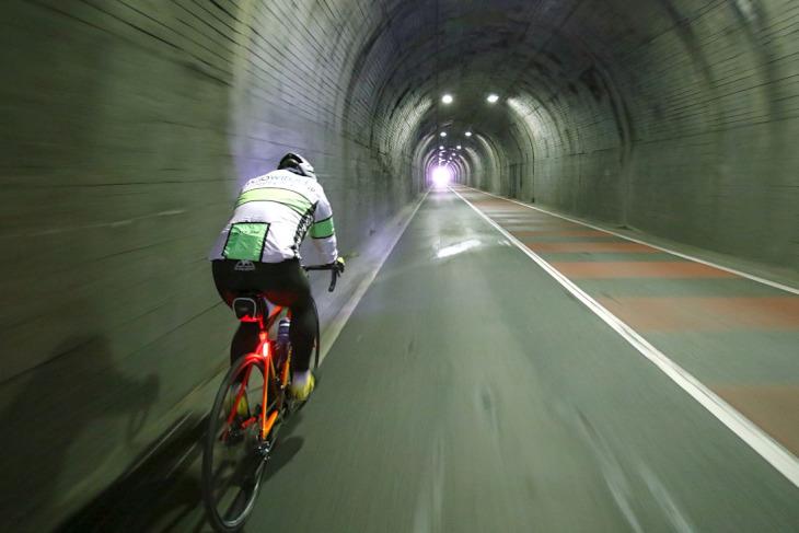 登り勾配のトンネルを慎重かつ迅速に通過します