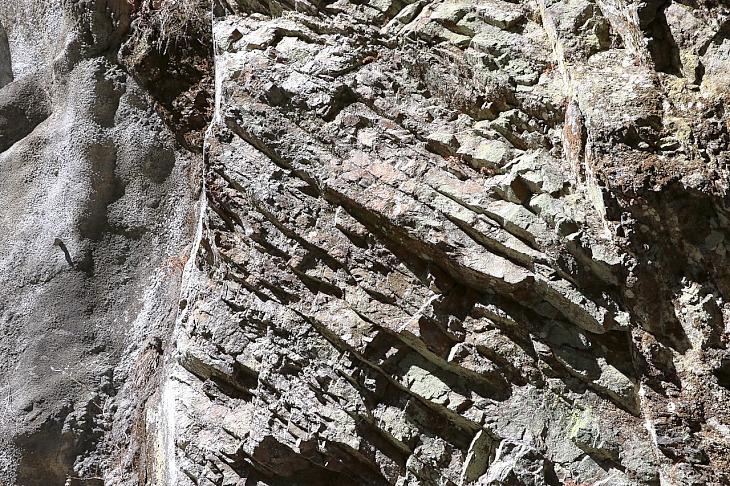 岩盤の堆積層が剥き出しになっています