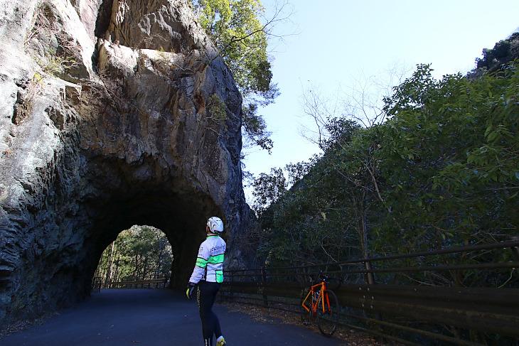 「この洞穴が一番のお気に入りポイントなんだよ」
