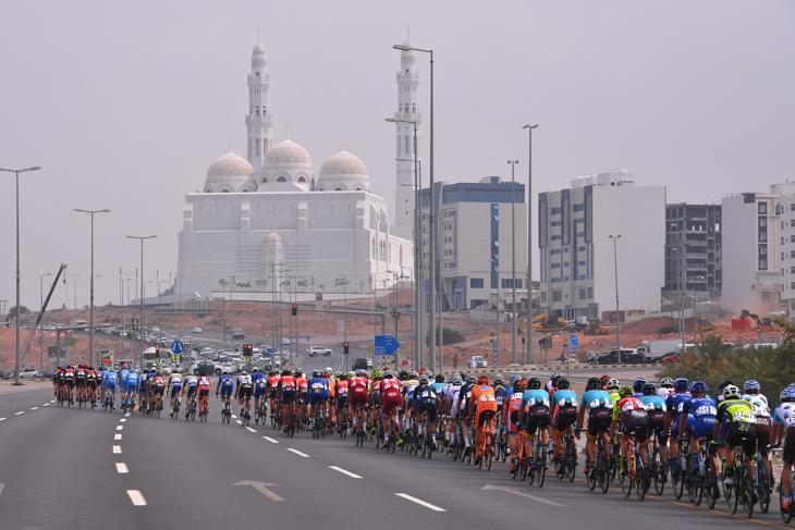 真っ白なモスクに向かって進むメイン集団