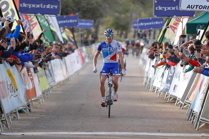 コンタドールを抜いて先頭フィニッシュするティボー・ピノ(フランス、エフデジ)