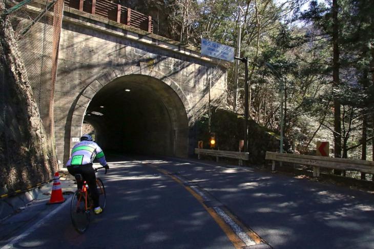 帰路は下りなのでトンネルを通ります