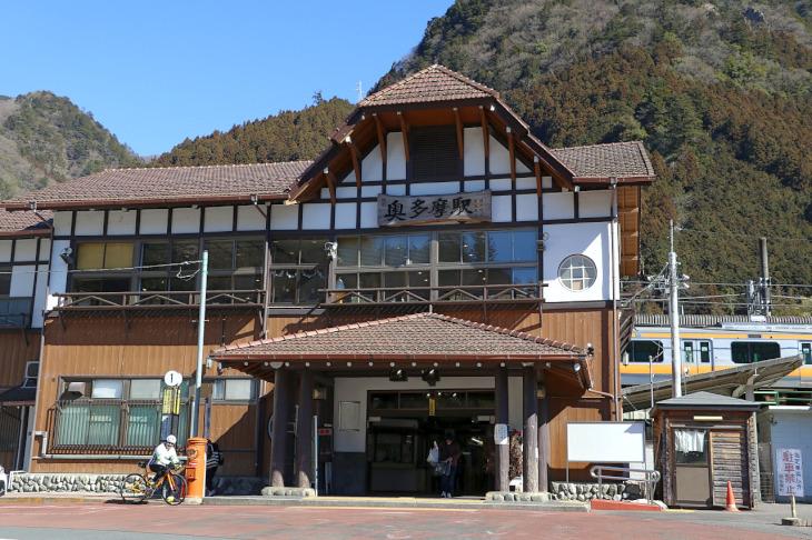 "JR青梅線の終着点""奥多摩駅""にやってきました。登山者には有名な駅舎です"