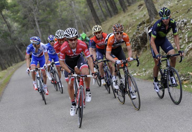 コンタドールを引き連れて先頭に出るファビオ・フェリーネ(イタリア、トレック・セガフレード)