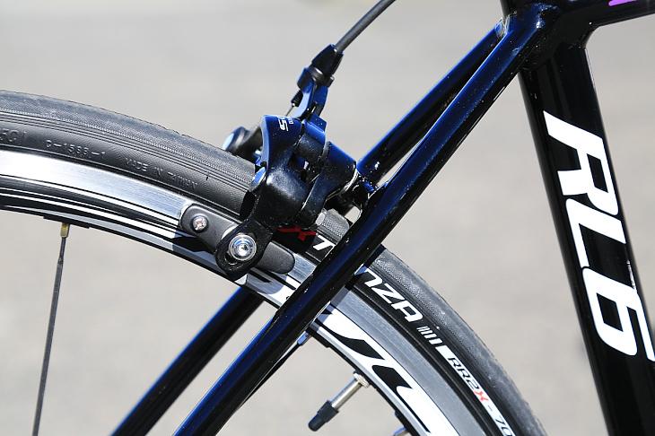 リアブレーキの取り付け角は最適化され、より強いストッピングパワーを発揮