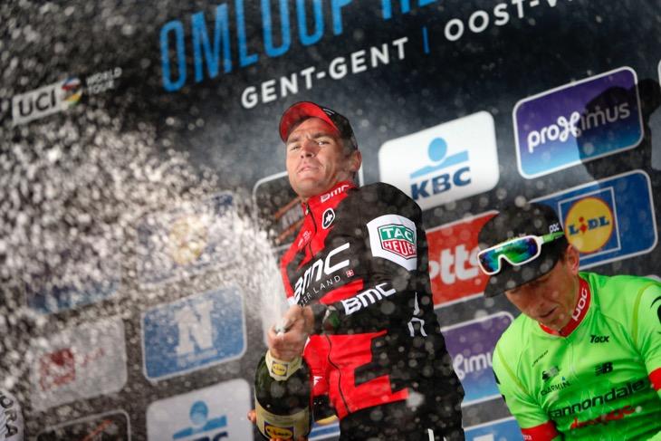 豪快にシャンパンを開けるグレッグ・ヴァンアーヴェルマート(ベルギー、BMCレーシング)