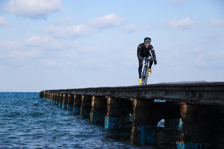 海と空と桟橋をバックにちょっとカッコ良く取ってもらった私