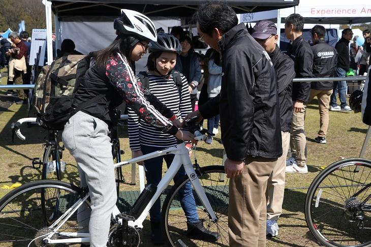 ヤマハの電動スポーツバイクYPJ-Cについて説明を受ける