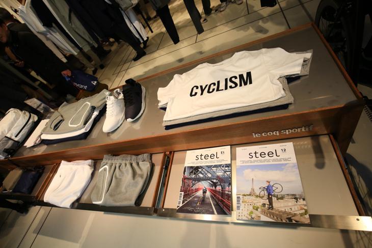 自転車を意識したメッセージTシャツと、フランスの雑誌STEELが並ぶ