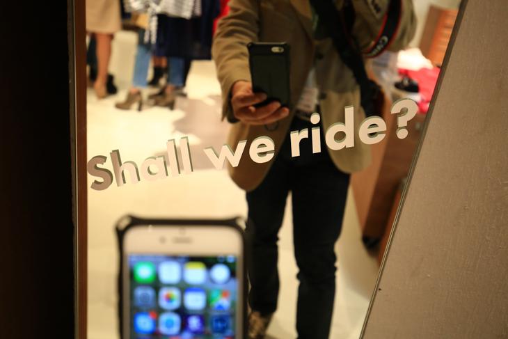 試着ミラーにはshall we ride(乗りに行かない)?のメッセージ