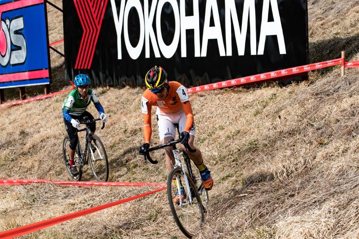 CM1中盤以降ドッグファイトを展開する須藤大輔(VOLCAオードビーBOMA・UVEX)と海口秀幸(F(t)麒麟山Racing CX Team)