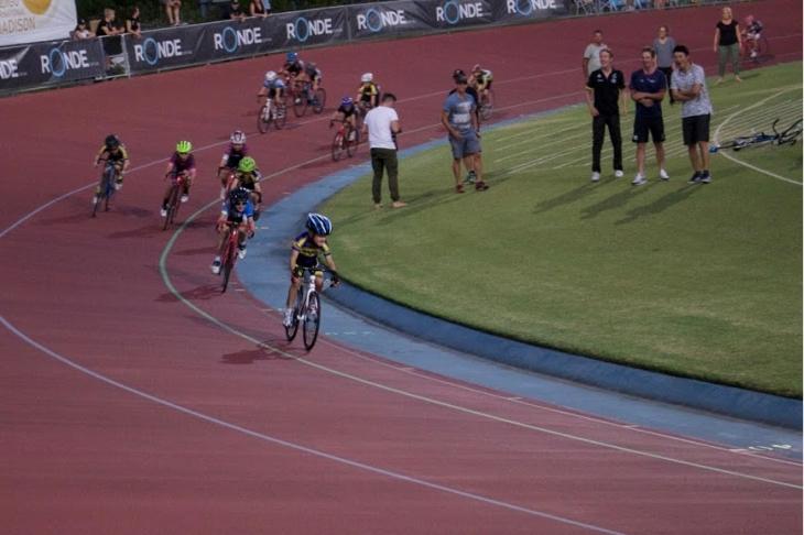 キッズレースの走りをキャメロン・メイヤーやジョシュア・ハリソンと楽しむ橋本選手。