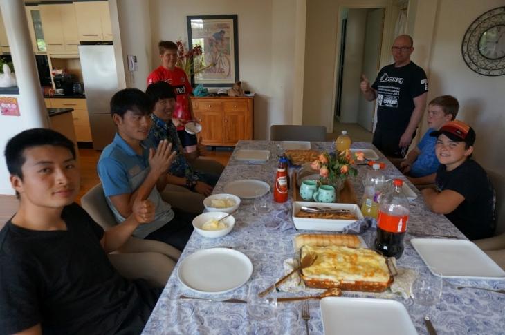 ホームステイ先での昼食。この日は橋本のホームステイ先に集まった。
