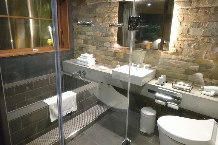 シャワールームとバスタブは別々。バスタブはブロックで壁はレンガ