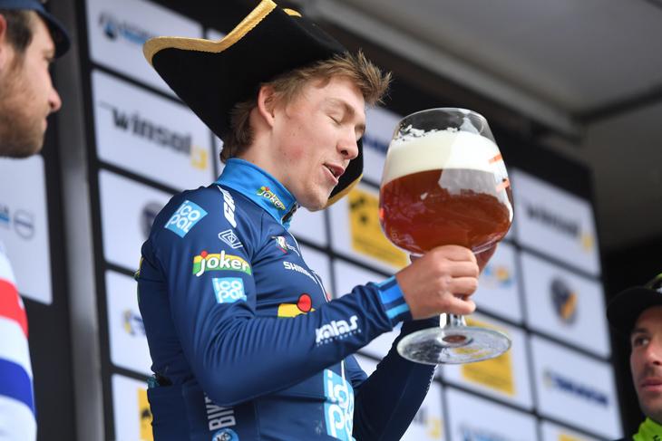 優勝トロフィー代わりのビールを受け取ったクリストファー・ハルヴォルセン(ノルウェー、チームジョーカー)