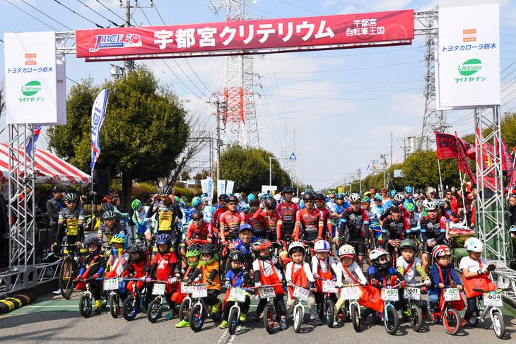 スタートラインに並んだP1選手と、ストライダーレースを走った子供達、安田大サーカス団長とで記念撮影
