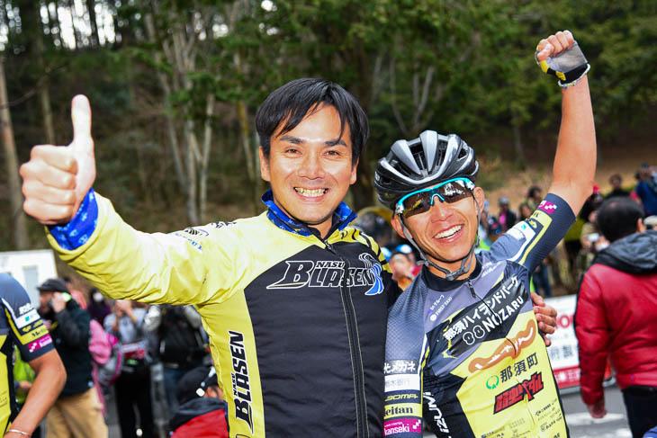 地元・栃木での優勝を喜ぶ吉岡直哉と那須ブラーゼンの清水監督(写真左)