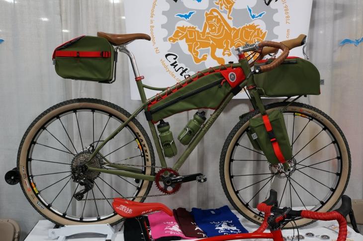 トータルコーディネートされたバイクパッキングバイク