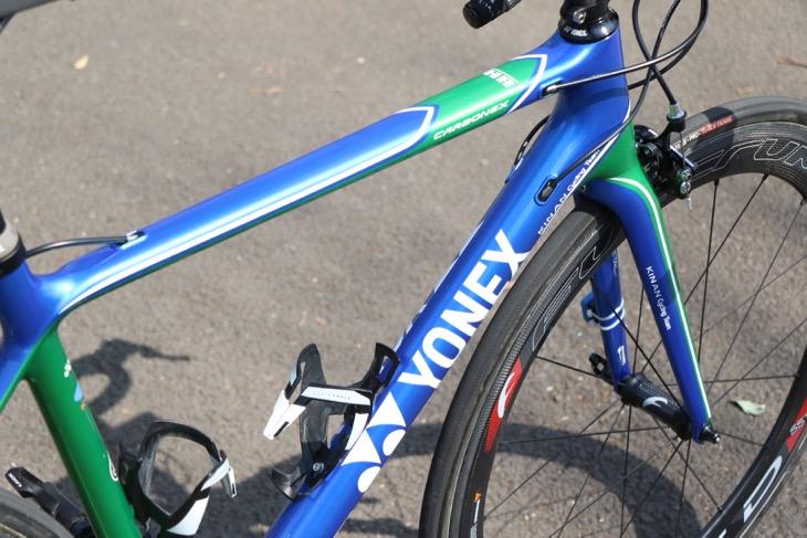 ブルーとグリーンが鮮やかなCARBONEX HR