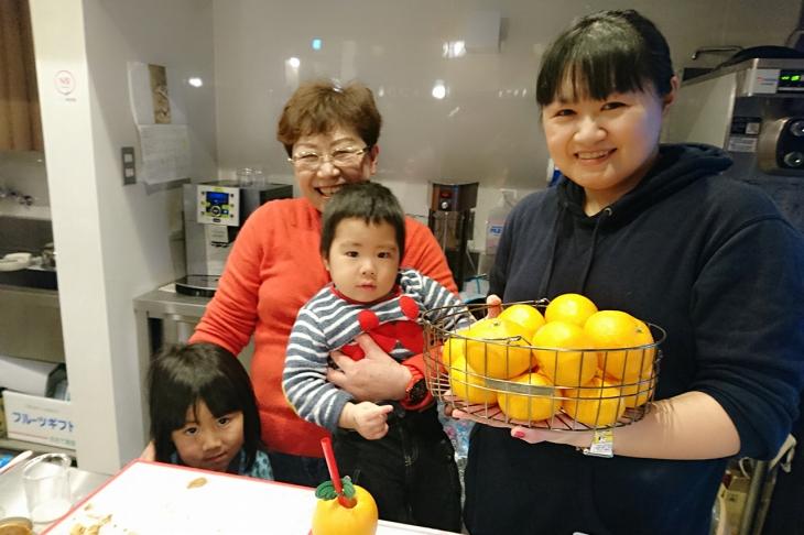 オーナーの塚本美砂子さんとお嬢様の瀬尾章子さん、そしてお孫さん