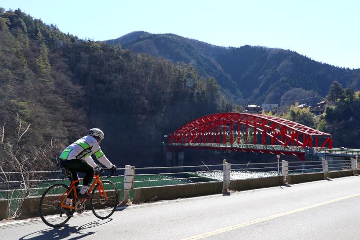 """左手に赤のコントラストが印象的で美しい""""峰谷(みねだに)橋""""が見えてきました。"""
