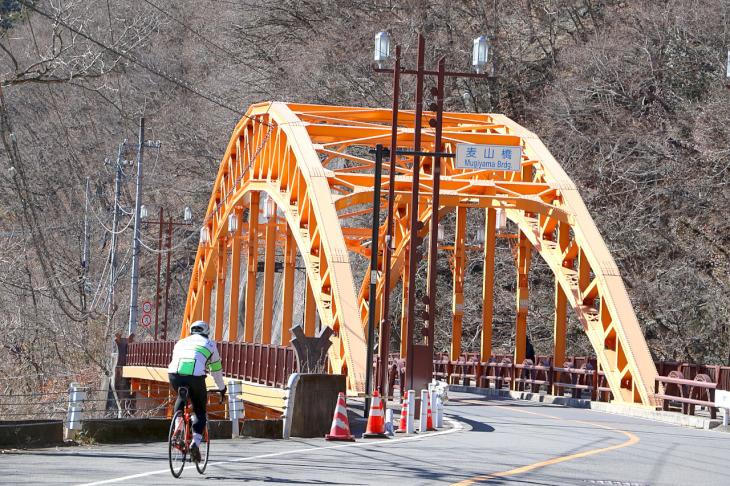 """オレンジ色の""""麦山(むぎやま)橋""""は昭和55年竣工の37歳。先の峰谷橋と同じくアーチ橋形状。"""