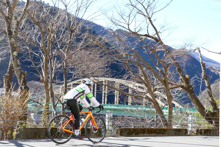 """左手前方に見えてきたのが""""深山(みやま)橋""""。こちらは昭和27年竣工の65歳。ランガー桁橋形状。"""