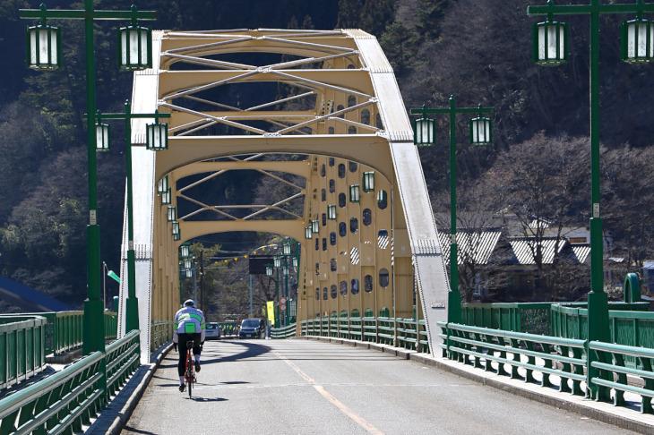 奥多摩湖ができる以前の旧多摩川に架けられた深山橋。何とも言えない趣がある。