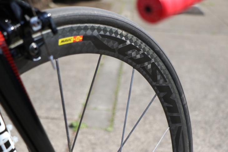 ホイールとタイヤはマヴィック。土井のバイクにはCOSMIC ULTIMATEがセットされていた