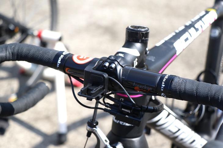 福本千佳のバイクに取り付けられた、ワンバイエスのジェイカーボンネクストハンドル