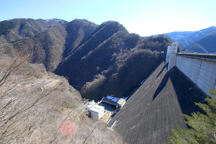 小河内ダム堤体谷側です。とにかく高い!マンションに例えると50階立ての高さです。