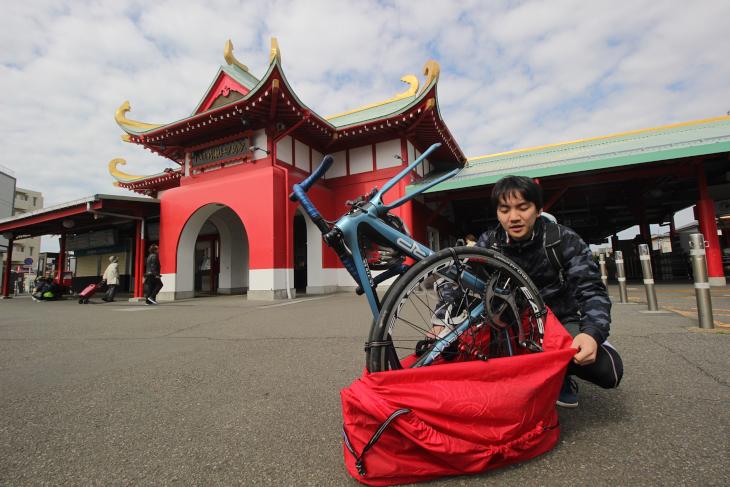 人通りが少ない場所に移動し、輪行袋から自転車を取り出す。平日は人通りが少ないため、輪行サイクリングを行いやすい