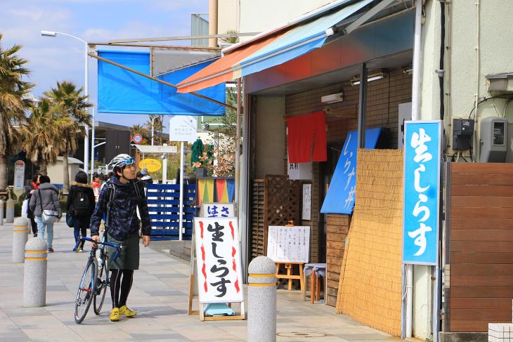 国道134号線沿いにはお洒落なカフェや魚介料理屋が多く立ち並ぶ。名物はもちろんシラスだ