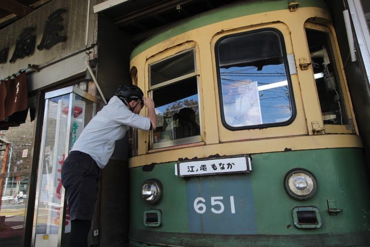 2軒となりには老舗和菓子屋「扇屋」が待ち構えている。店舗の一部は江ノ島電鉄で使用された実際の車両が使われている