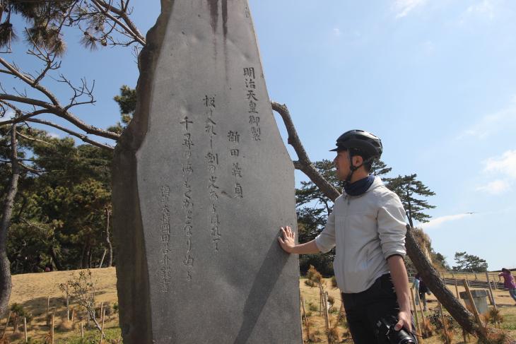 明治天皇の短歌は、新田義貞が刀を海に差し込み、潮を引かせたという伝説のシーンが詠まれている