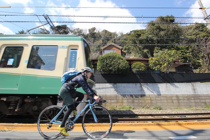 稲村ヶ崎駅から極楽寺駅までも並走できる併用軌道区間がある