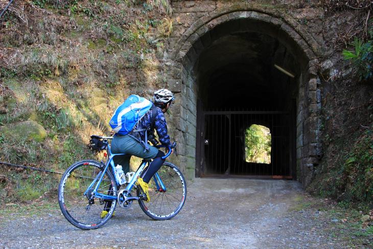 山に囲まれた鎌倉らしく至る所で坂とトンネルが待ち構える