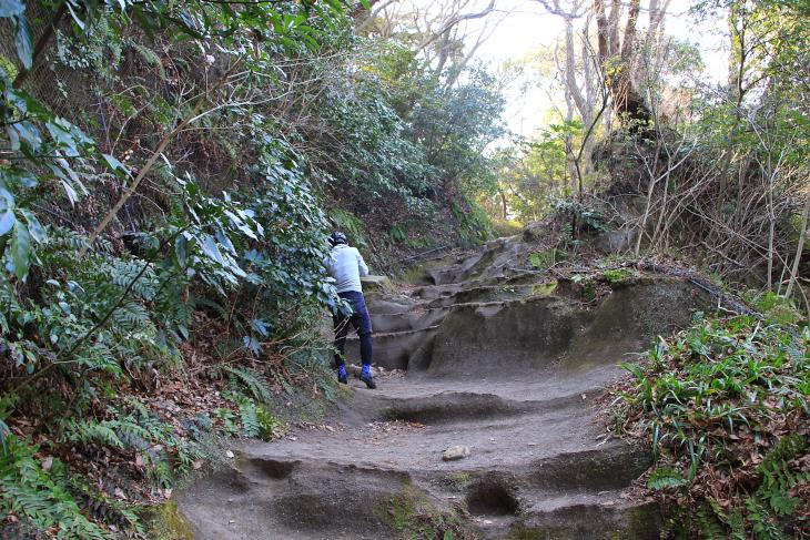 外敵の侵攻を阻む化粧坂切り通しは、急峻な坂かつ滑りやすい岩が露出しており歩きにくいことこの上ない
