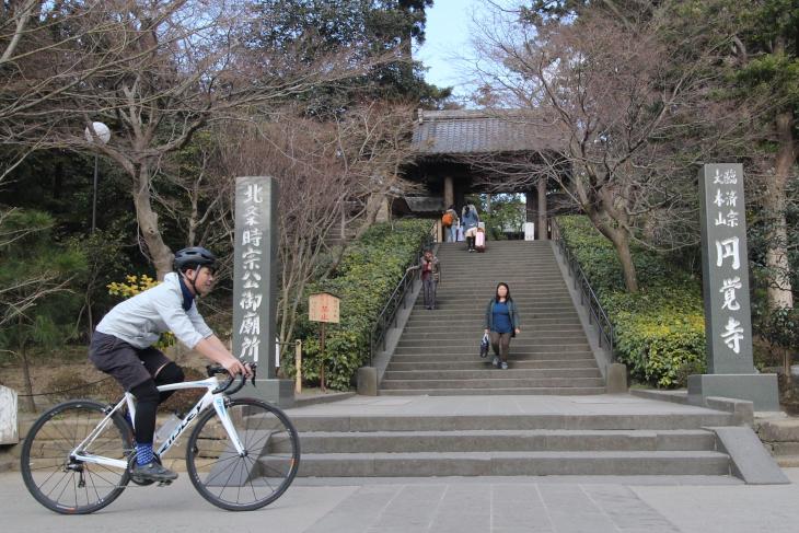 鎌倉五山・第二位の円覚寺山門前をいく