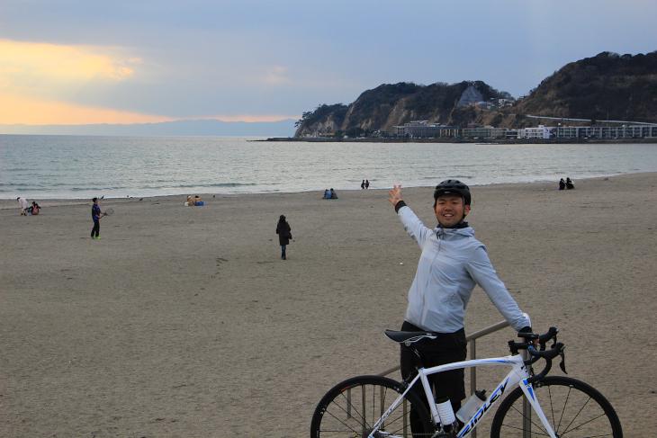 由比ヶ浜から稲村ヶ崎を眺める。シンゴジラが再浮上したのもこのへんだろう