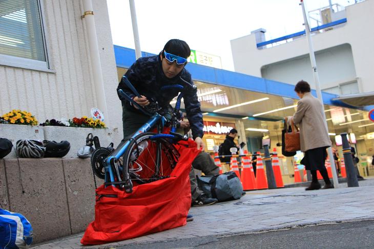 日没前に無事ゴール地点JR逗子駅に到着!自転車を片付け帰路につく