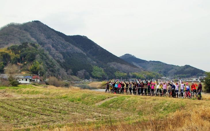 吉井川の絶景スポットをバックに記念撮影