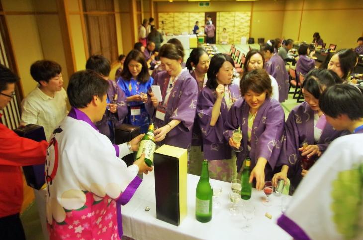 お酒が強い参加者が多く、赤磐の地酒の試飲コーナーにはお猪口でなくコップを持って並ぶ人の姿も