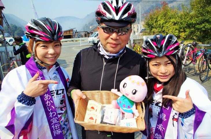 スイーツは甘納豆の「くまつぶら」と「カケッコたまご」バニラカスタードプリン。キャットアイの津山社長とちゃりん娘の松本奈々さんと相川沙季さんも一緒にライドに参加した