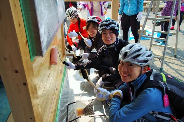 備前福田駅を作るDIYを楽しむ参加者たち