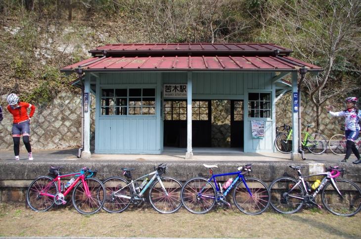 これぞ廃線跡の駅舎「苦木駅」