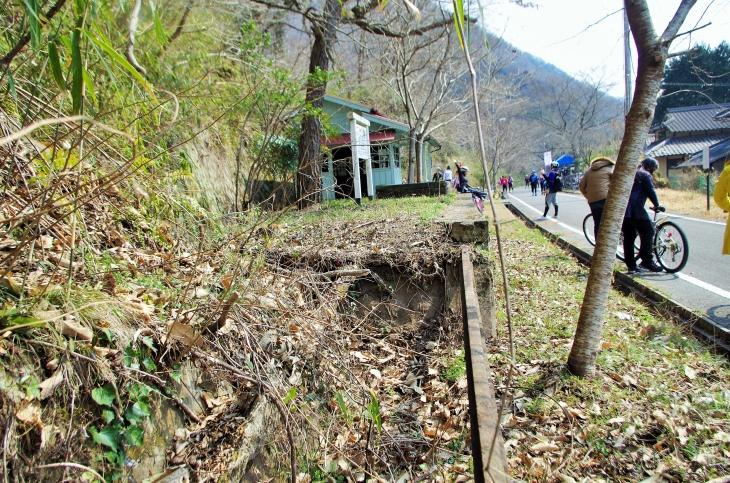 周りにはかつて使われていた列車のレールや線などの姿も